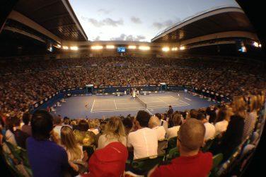 kort tenisowy z pełnymi trybunami