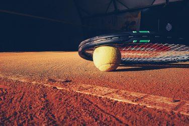 Rakieta tenisowa na korcie ziemnym