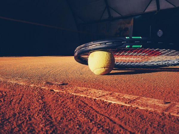Rakieta tenisowa na korcie