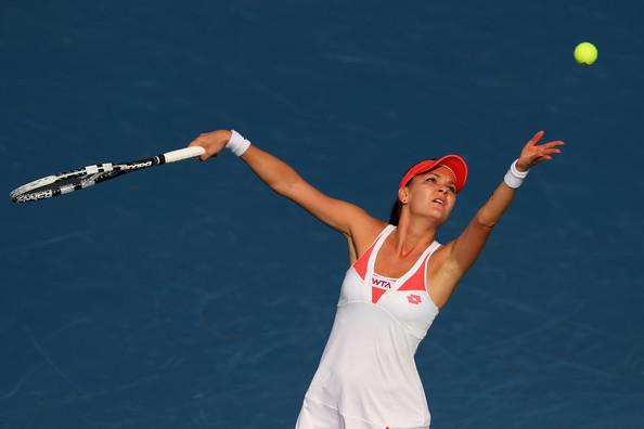 Agnieszka Radwańska uderza piłkę z serwisu podczas meczu tenisowego