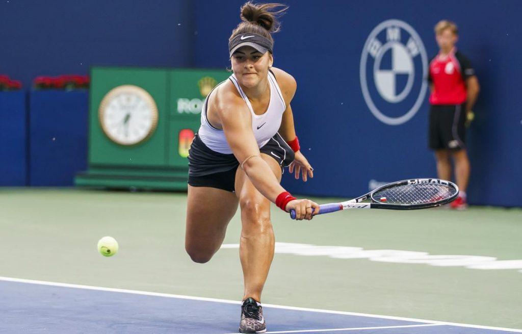 Tenisitka Bianca Andreescu odbijająca piłkę z beckendu slajs.