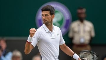 Novak Djokovic z zaciśniętą pięścią do wygranej piłca podczas turnieju tenisowego