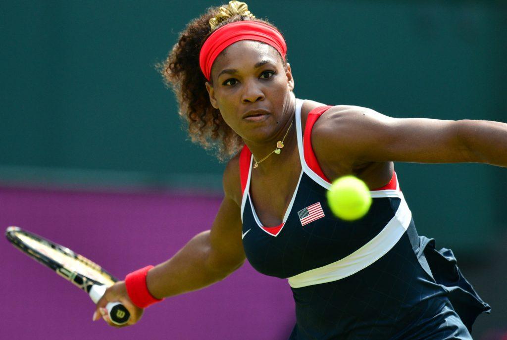 Serena Williams uderza piłkę z forhendu