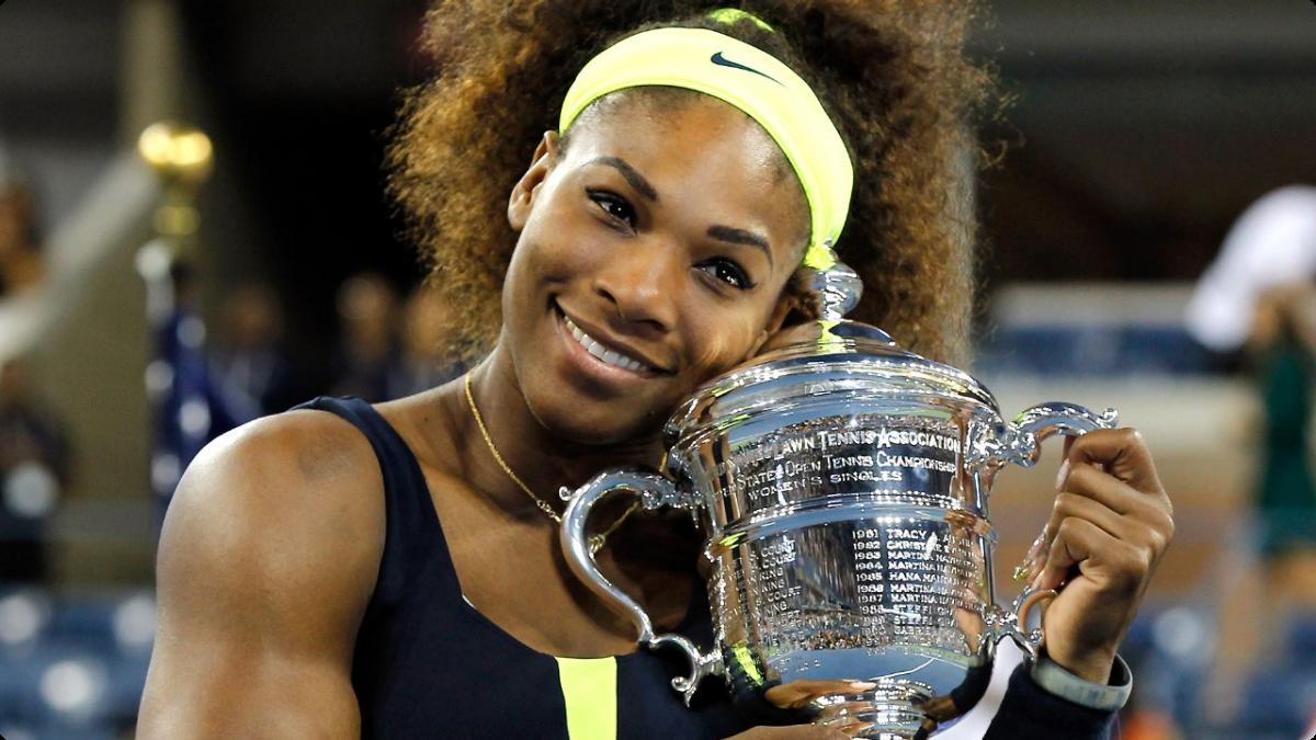 Serena Williams trzymająca puchar