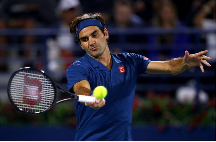 Roger Federer uderza forehand podczas turnieju tenisowego