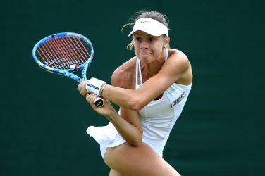 Magda Linette uderzająca piłkę z backhandu podczas turnieju tenisowego
