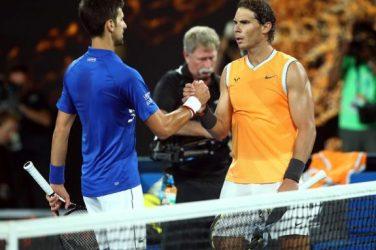 Novak Djokovic i Rafael Nadal po rozegranym meczu tenisowym podają sobie rękę
