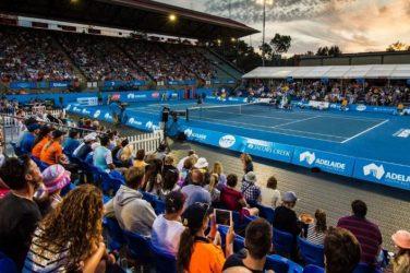Kort tenisowy w Adelaide z pełnymi trybunami
