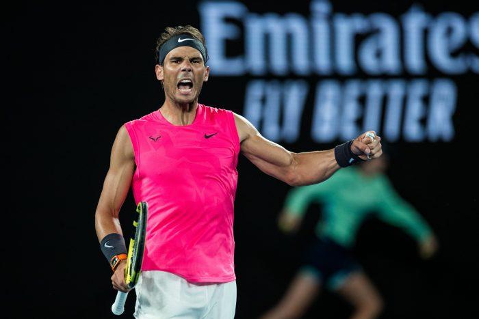 Rafael Nadal z zaciśniętą pięścią i okrzykiem radości po wygranej piłce w turnieju tenisowym