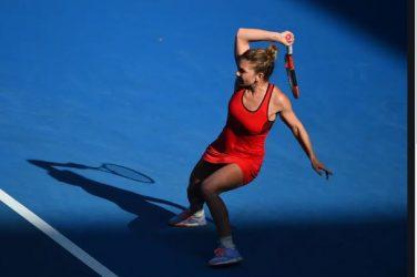 Simona Halep uderzająca piłkę z forhandu podczas turnieju tenisowego
