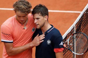 Dominic Thiem i Alexander Zvarev przytuleni po rozegranym meczu