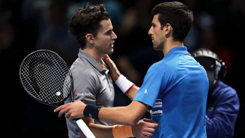Tenisiści Thiem i Djokovic przytulają się po rozegranym meczu