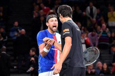 Łukasz Kubot przybija piątkę swojemu partnerowi podczas meczu tenisowego