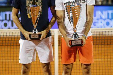 Dominic Thiem i Filip Krajinovic trzymający puchary w ręku po wygranym turnieju