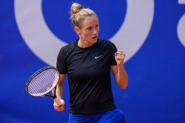 Tenisistka Katarzyna Kawa na korcie tenisowym po wygranej piłce