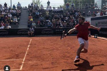 Tenisista Ernest Gulbis odbija piłkę z back handu