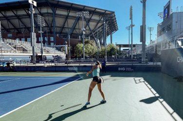Magdalena Linette gra w tenisa na turnieju Western & Southern Open