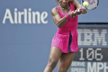 Serena Willaims uderza piłkę z backhandu w turnieju US Open