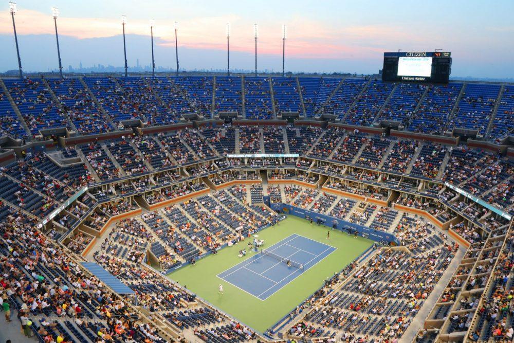 Kort tenisowy z pełnymi trybunami na US Open