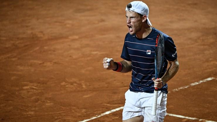 Tenisista Diego-Schwartznam stoji na korcie tenisowym