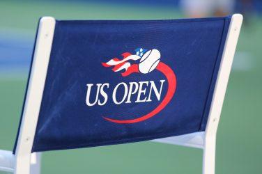 Krzesło z napisem US Open na oparciu