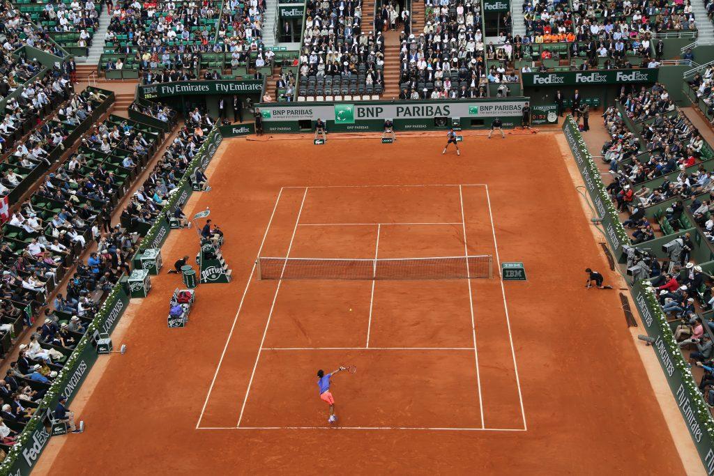 Kort tenisowy na turnieju Roland Garros z pełnymi trybunami