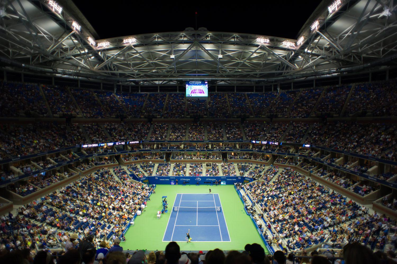Kort tenisowy na turnieju US Open z pełnymi trybunami