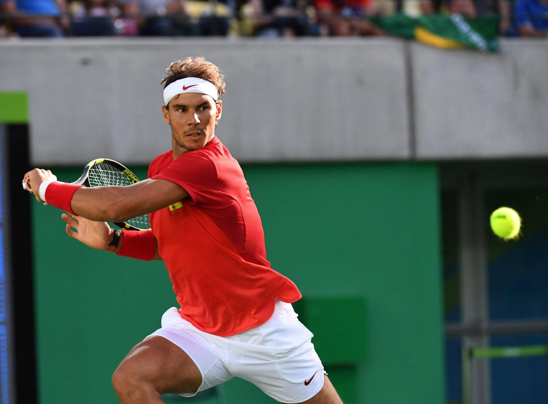 Rafael Nadal uderza piłkę w backhandu podczas turnieju tenisowego