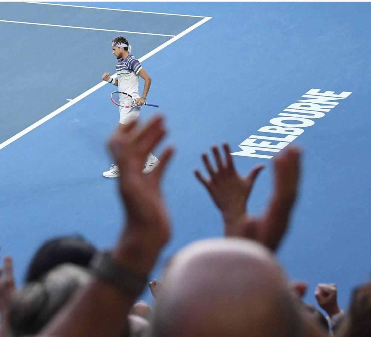 Kort tenisowy na Australian Open z zawodnikiem Dominic Thiem