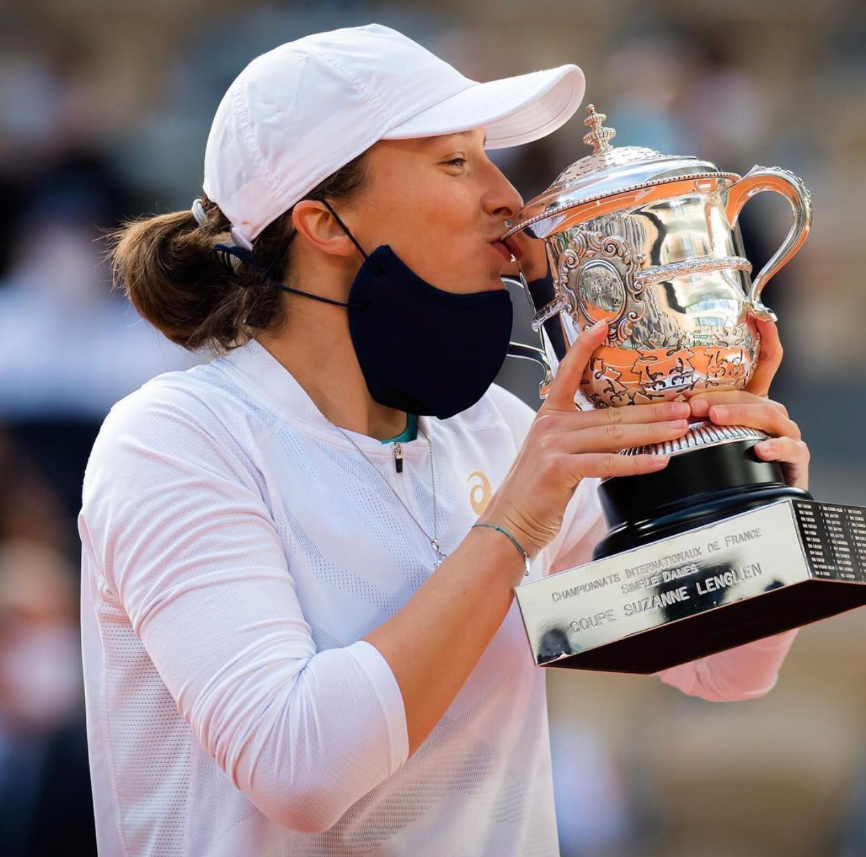 Iga Świątek z pucharem po wygranej Roland Garros